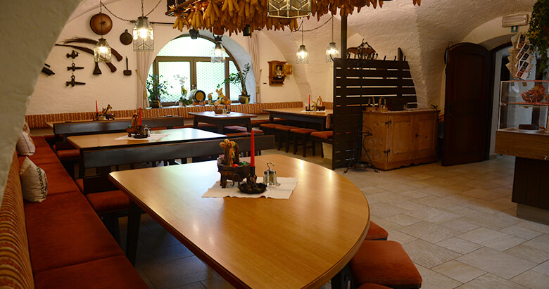 http://www.zumfalken.it/wp-content/uploads/2016/02/restaurant2_780x411.jpg